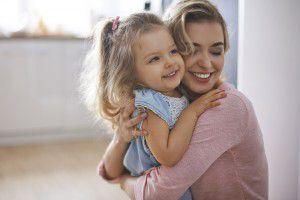 matka objímajúca dcéra