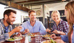 usmievaví priatelia sú na jedle vhoteli alebo reštaurácii