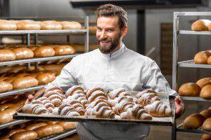 usmievavý pekár ukazuje svoju prácu